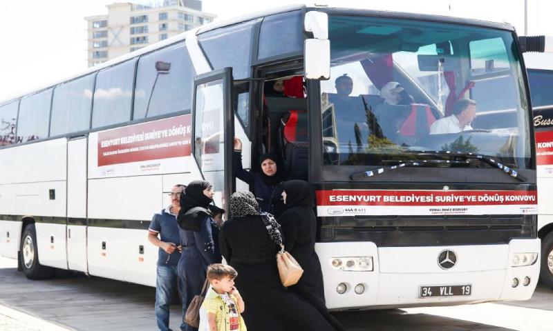 عائلة سورية تستعد للعودة إلى سوريا (الأناضول)