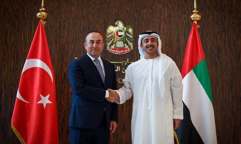 وزير الخارجية التركي مولود تشاووش أوغلو ونظيره الإماراتي عبدالله بن زايد آل نهيان (الأناضول)