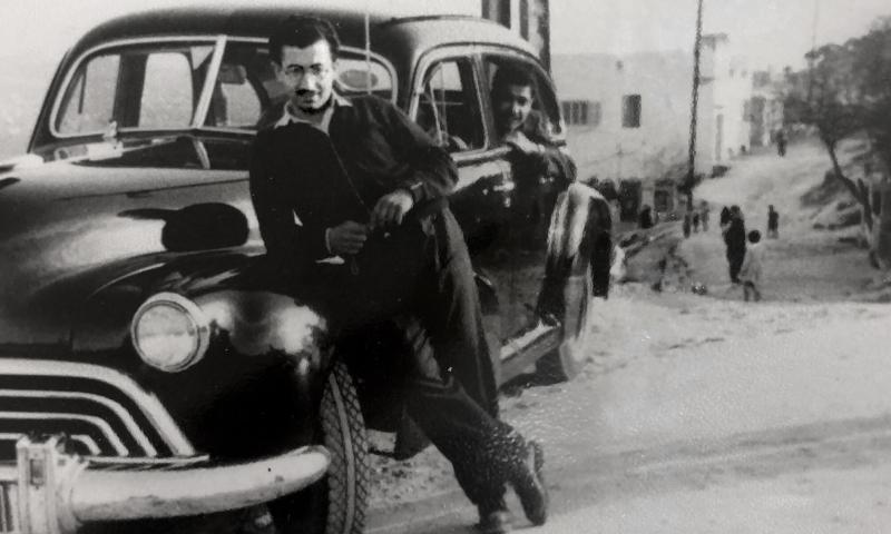 إسحاق شوشان مع السيارة التي استخدمها كسيارة أجرة في بيروت لتوفير غطاء لتجسسه - 1948 (نيويورك تايمز)