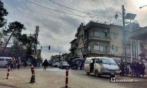 سرفيس نقل داخلي في شارع الحمام في مدينة القامشلي - 20 كانون الأول 2021 (عنب بلدي/ مجد السالم)