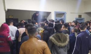 توزيع الخبز في السكن الجامعي التابع لجامعة حلب - 25 كانون الثاني 2021 (صفحة حلب الشهباء وريفها على فيسبوك)