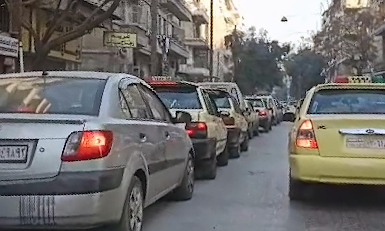 طوابير السيارات تنتظر دورها للتزود بالوقود من إحدى محطات مدينة حلب - 9 كانون الثاني 2021 (عنب بلدي)