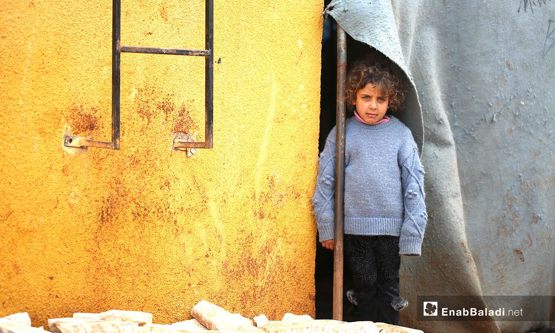 طفل في أحد خيام مخيم حربنوش بريف إدلب - 19 كانون الثاني 2021 (عنب بلدي - يوسف غريبي)