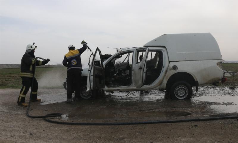 قوات الدفاع المدني تطفئ الحريق الناشب في سيارة المقدم أحمد غنوام الذي توفي إثر عملية الاغتيال بالعبوة الناسفة في مدينة جرابلس بريف حلب الشمالي - 27 كانون الثاني 2021 (الدفاع المدني)
