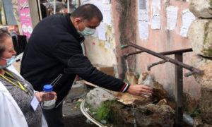 رجل أمام صنبور لمياه الشرب (المصدر _ سانا 27 من كانون الثاني 2021)