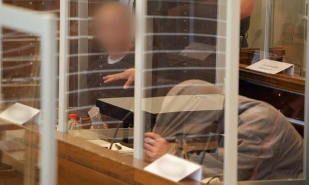 أنور رسلان وإياد الغريب في المحكمة في نيسان 2020 قبل بدء محاكمتهما غير المسبوقة المتعلقة بالتعذيب الذي ترعاه الدولة في سوريا_ نيسان 2020 (AFP)