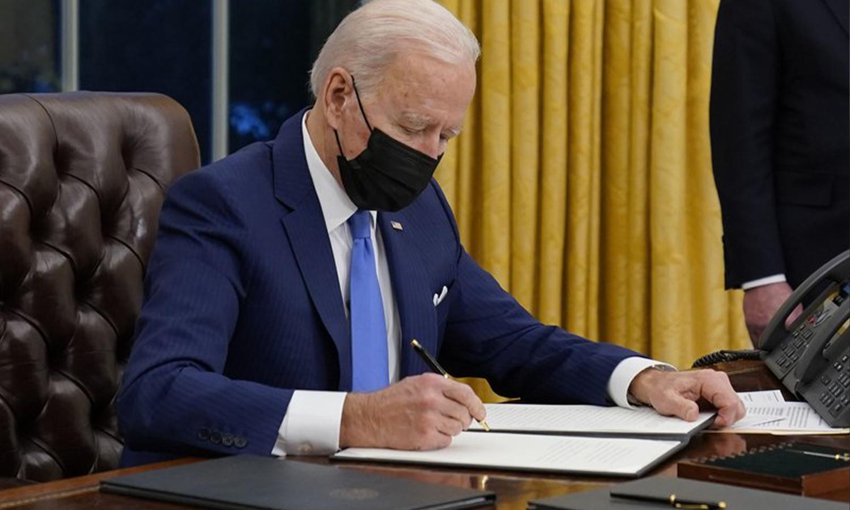 الرئيس الأمريكي، جو بايدن، يوقع على أمر تنفيذي بشأن الهجرة ، في المكتب البيضاوي في البيت الأبيض ، الثلاثاء 2 من شباط 2021 وكالة AP الأمريكية