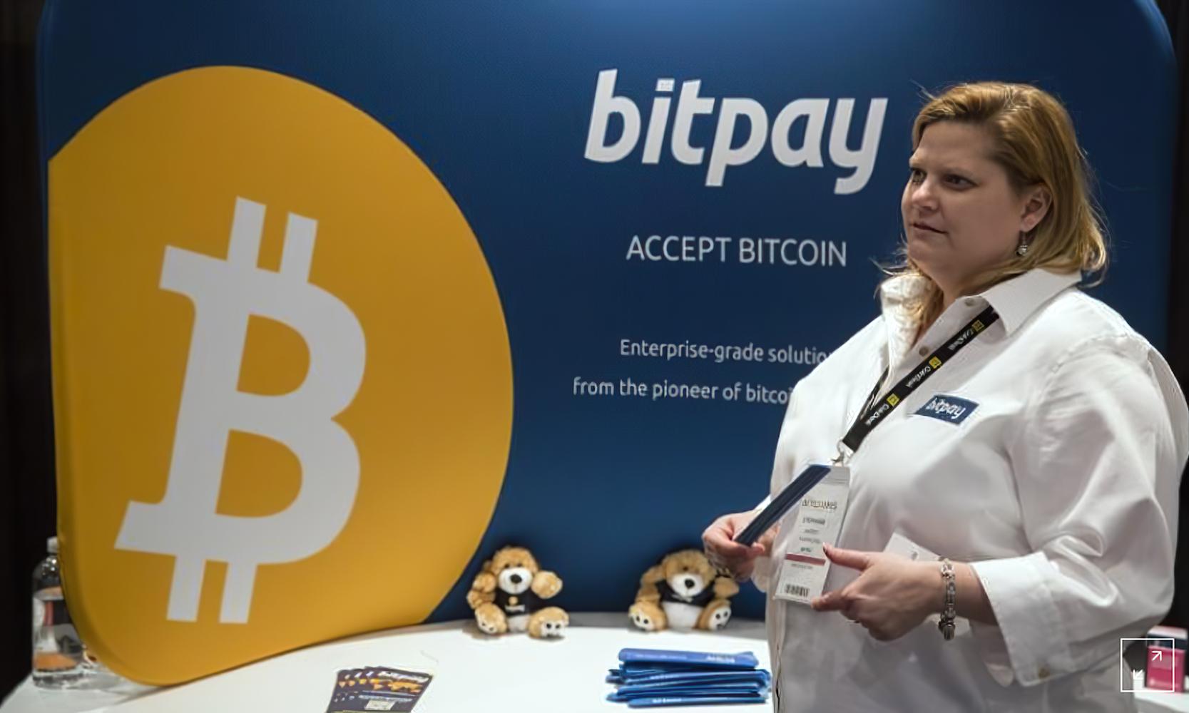 """موظفة تشرح كيف لشركة """"Bitpay"""" أن تساعد على استخدام العملات الرقمية - 2014 (رويترز)"""