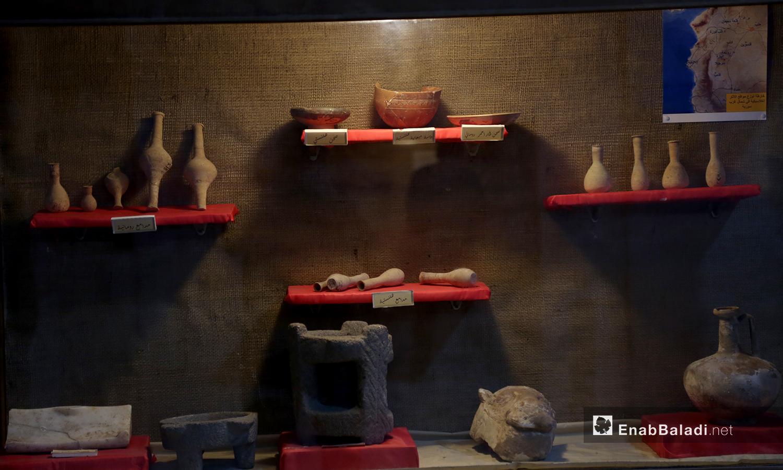 أدوات تعود للعصر الهلنستي في متحف مدينة إدلب - 18 شباط 2021 (عنب بلدي/يوسف غريبي)