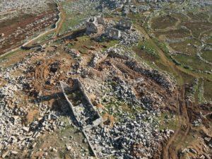 صورة جوية دون طيار توضح حجم التخريب في موقع بانقوسا في الجبل الوسطاني في ريف إدلب - 13 كانون الثاني 2021 (عنب بلدي/يوسف غريبي)
