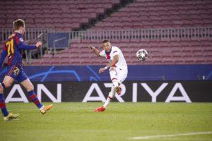 كيليان امبابي لاعب سان جيرمان ليسجل هدف في مرمى برشلونة (سان جيرمان الصفحة الرسمية على تويتر)