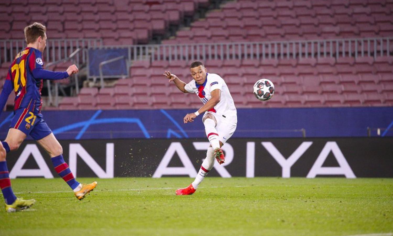 كيليان امبابي لاعب سان جيرمان يسجل هدفًا في مرمى برشلونة (سان جيرمان الصفحة الرسمية على تويتر)