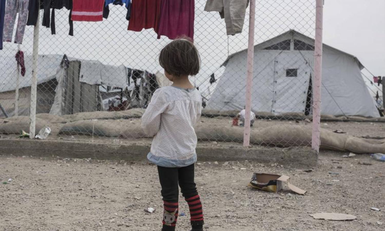 فتاة تقف في مخيم الهول في شمال شرق سوريا حيث تُحتجز آلاف النساء والأطفال من بلدان بينها كندا لكونهم أقارب من يشتبه في كونهم من داعش. 2019 _ سام تارلنغ