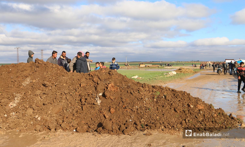 ساتر ترابي في بلدة دابق على جانب نهر قويق لمنع وصول مياه النهر إلى البلدة والمخيمات القريبة - 31 كانون الثاني 2021 (عنب بلدي - عبد السلام مجعان)