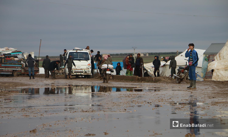 أهالي مخيم الملعب ينقلون أمتعتهم قبل أن تغمرها المياه بعد فيضان نهر قويق بالقرب من بلدة دابق بريف حلب الشمالي - 31 كانون الثاني 2021 (عنب بلدي - عبد السلام مجعان)
