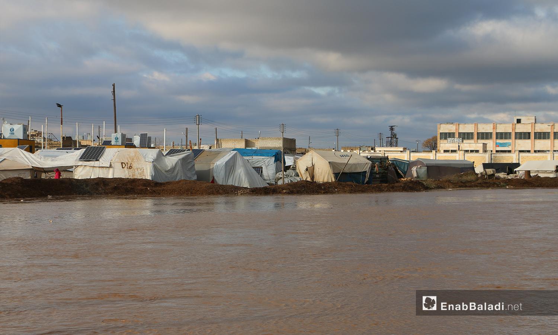 مياه الأمطار تغمر مخيم الملعب بعد فيضان نهر قويق بالقرب من بلدة دابق بريف حلب الشمالي - 31 كانون الثاني 2021 (عنب بلدي - عبد السلام مجعان)