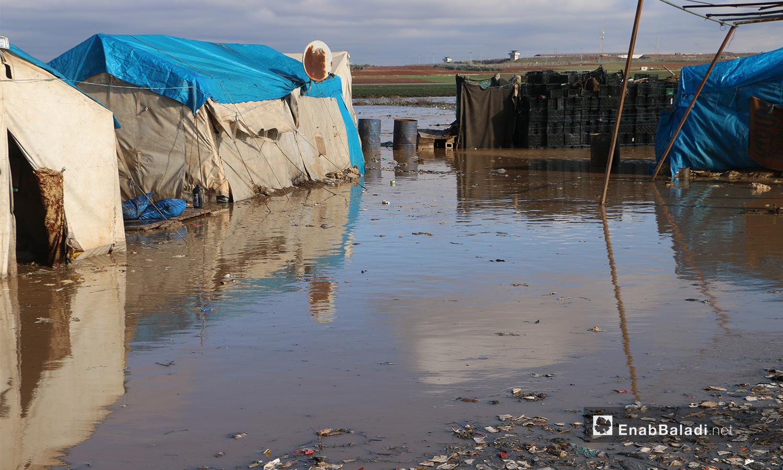 خيام على طرفي نهر قويق مغمورة بالمياه بعد فيضان النهر في بلدة دابق بريف حلب الشمالي - 31 كانون الثاني 2021 (عنب بلدي - عبد السلام مجعان)