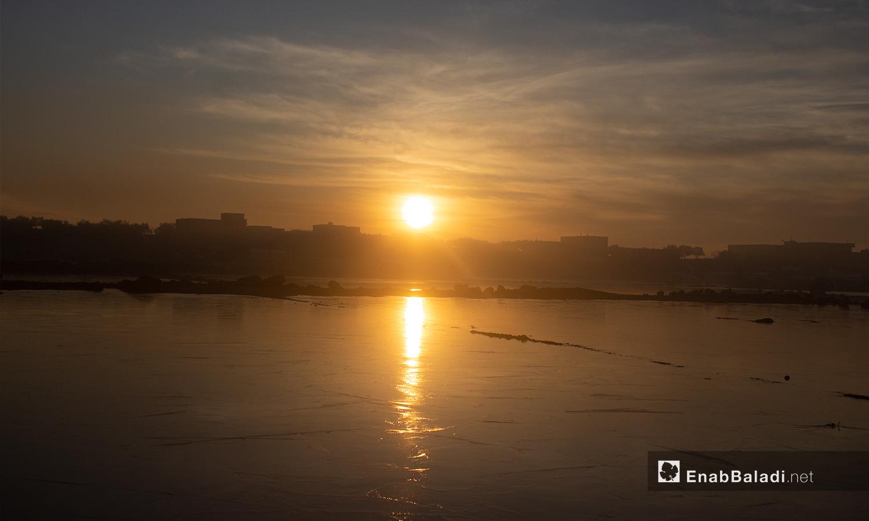 غروب الشمس بمخيم كفرعروق بريف إدلب أثناء تشكل الصقيع - 23 كانون الثاني 2021 (عنب بلدي - إياد أبو الجود)
