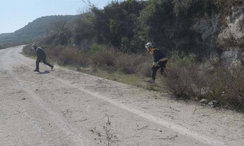 فرق الدفاع المدني تبحث عن مصابين في القصف على قرى ريف إدلب الغربي - 26 شباط 2021 (الدفاع المدني)