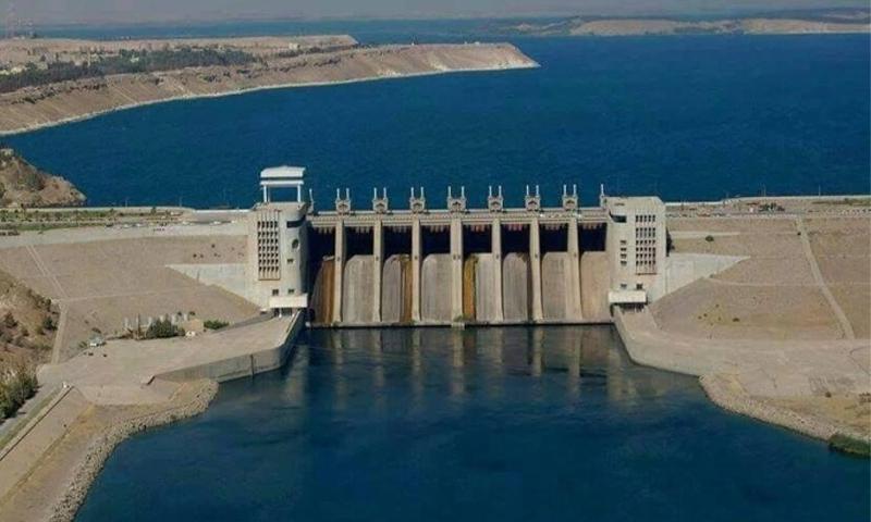 نهر الفرات تمر من عنفات السد المجاور لمدينة الرقة - 2017 (الجزيرة)