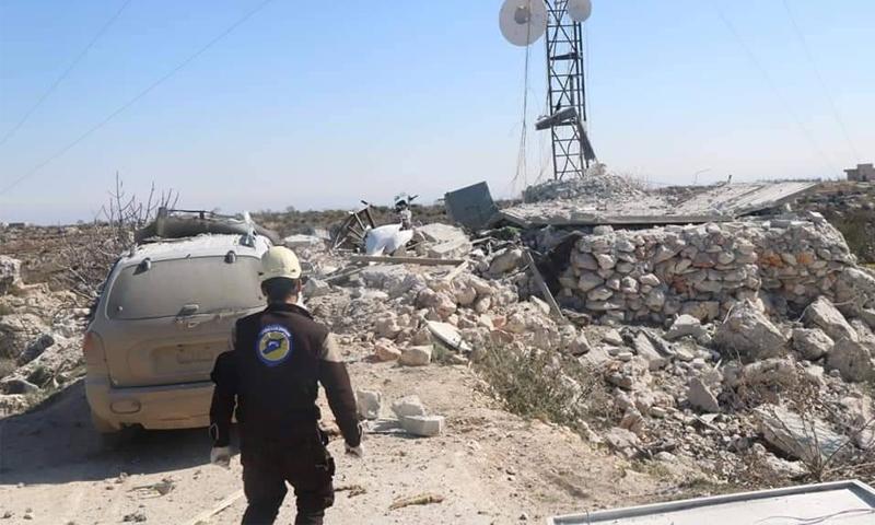 عنصر من الدفاع المدني يتفقد مكان القصف في بلدة بزابور في جبل الزاوية - 23 شباط 2021 (الدفاع المدني)