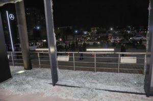 """زجاج مكسور في مبنى برايت كاسل موتورز بعد تقارير عن سقوط صواريخ بالقرب من مطار أربيل في أربيل ، العراق، 15 من شباط 2021. """"رويترز"""""""