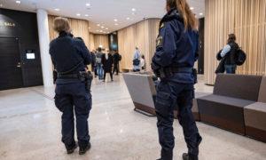 الشرطة في محكمة لوند الجزئية في جنوب السويد في اليوم الأول للمحاكمة. 9 من آذار 2020 ( The Local)