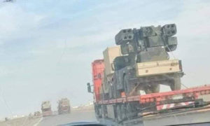 لصورة تظهر أنظمة دفاع جوي قصيرة المدى من طراز أفينجر التقطت من خلال نافذة مكسورة لمركبة عابرة على طريق سريع بين مدينة الرمادي العراقية والحدود السورية.