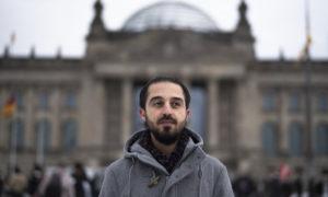 اللاجئ السوري، طارق العوس، أما البرلمان الألماني، شباط 2021 (AP)