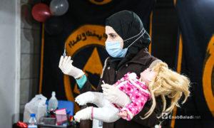 مدربة من الدفاع المدني تشرح للمتدرات حول الإبر الطبية - أرمناز شمال إدلب 7 آذار (عنب بلدي / يوسف غريبي)