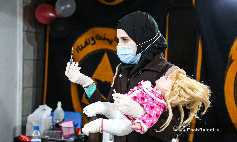 مدربة من الدفاع المدني تشرح للمتدرات حول الإبر الطبية في أرمناز شمالي إدلب -  7 آذار 2021 (عنب بلدي / يوسف غريبي)
