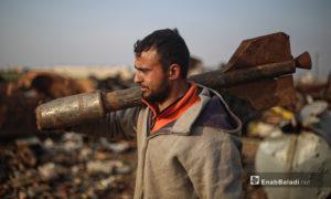 """قبل اضطرار """"أبو أحمد"""" لمغادرة مدينته كفرنبل في ريف إدلب الجنوبي والنزوح شمالًا قبل عام تمكن من تدريب 15 شابًا على تفكيك البراميل المتفجرة والقذائف غير المتفجرة - 5 آذار 2021 (عنب بلدي/ يوسف غريبي)"""