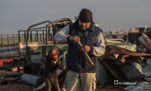 """اختص """"أبو أحمد"""" بالهندسة منذ خدمته العسكرية حيث اكتسب خبرته خلال العشر سنوات الماضية ما يؤهله للتعامل مع القذائف غير المتفجرة بـ""""أمان"""" حسب وصفه -5 آذار 2021 (عنب بلدي/ يوسف غريبي)"""