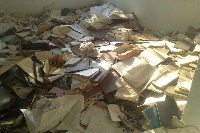 وثائق متناثرة في غرفة في مكاتب مهجورة لحزب البعث في شمالي سوريا - أيلول 2013 (لجنة العدالة والمساءلة)