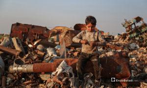 لا يعي الأطفال المخاطر التي يواجهونها في ساحة تفكيك الصواريخ والقذائف غير المتفجرة مع تعرضهم للخطر المستمر في شمال غربي سوريا الذي ما زال يتعرض للاستهداف والقصف منذ نحو عشر سنوات - 5 آذار 2021 (عنب بلدي/ يوسف غريبي)