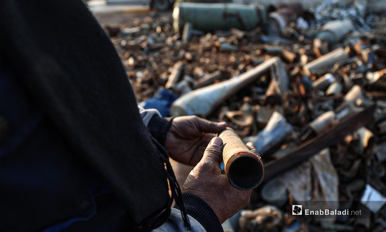 """يتطلب تفكيك القذائف غير المتفجرة الحذر عند التعامل في ريف إدلب الشمالي كما قال """"أبو أحمد"""" الذي يضطر للعمل بمعدات بدائية مثل الإزميل والمطرقة ومفتاح الرانش - 5 آذار 2021 (عنب بلدي/ يوسف غريبي)"""