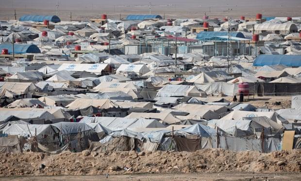 """مخيم الهول للنازحين شمال شرق سوريا ، ويقطنه قرابة 62 ألف شخص ، غالبيتهم من العراقيين والسوريين ، لكن بملحق لمواطنين دوليين متهمين بصلتهم بـ """"تنظيم الدولة الإسلامية"""" _29 من آذار (توم نيكلسون)"""