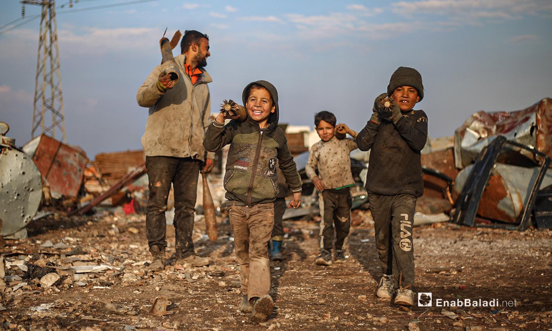 ينقل الأطفال الصواريخ غير المتفجرة ويصنفونها لتباع إلى معامل صهر الحديد في ريف إدلب الشمالي - 5 آذار 2021 (عنب بلدي/ يوسف غريبي)