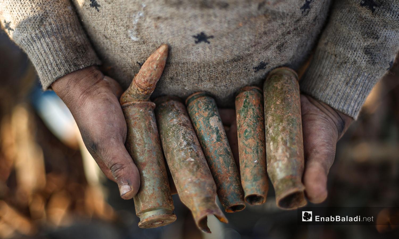 يحمل الأطفال فوارغ الصواريخ والقذائف غير المتفجرة دون خوف في ريف إدلب الشمالي -5 آذار 2021 (عنب بلدي/ يوسف غريبي)