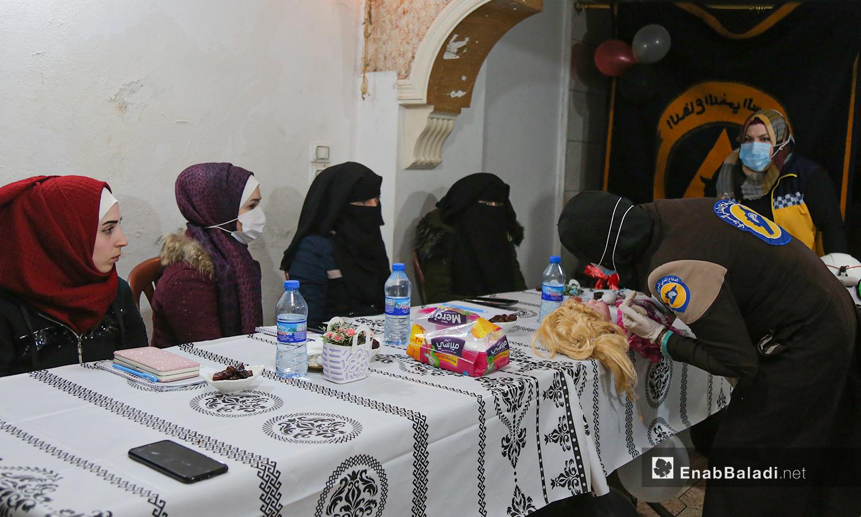 متدربات في الإسعافات الأولية في نقطة نسائية للدفاع المدني في أرمناز شمالي إدلب - 7 آذار 2021 (عنب بلدي / يوسف غريبي)