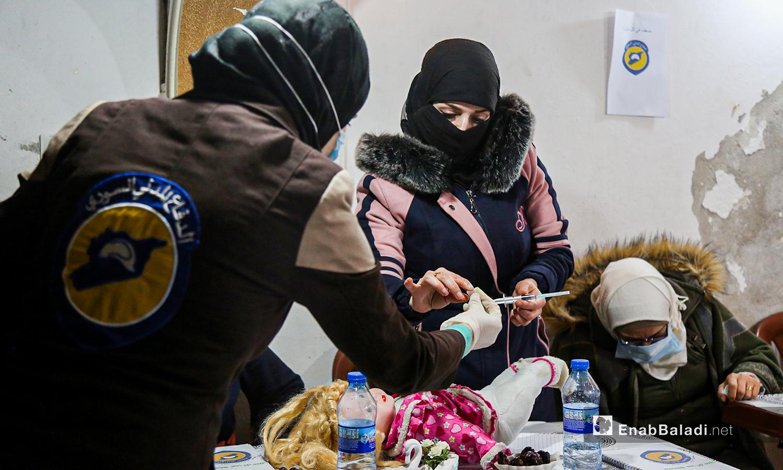 متدربة تتدرب على الإسعافات الأولية  في مركز الدفاع المدني في أرمناز شمالي إدلب -  7 آذار 2021 (عنب بلدي / يوسف غريبي)