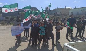 مجموعة من الأطفال يقفون في مظاهرة بدرعا لإحياء الذكرى العاشرة للثورة- 18 من آذار 2021 (متداول)