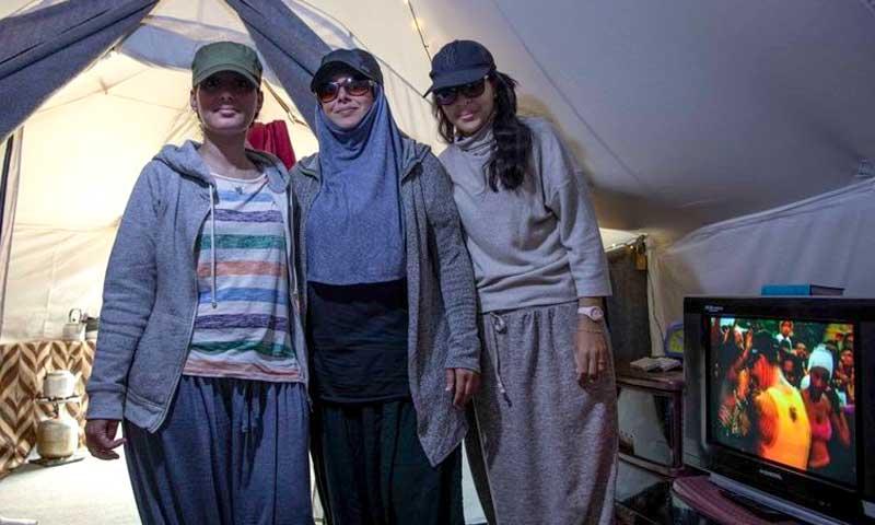 نساء في مخيم الروج شمال شرقي سوريا خلعهن نقابهن - آذار 2021 (EL PAÍS)