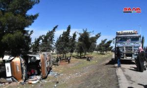 تدهور بولمان على الطريق الرئيسي حمص_ حماة في 24 من آذار 2021 (المصدر_ سانا)