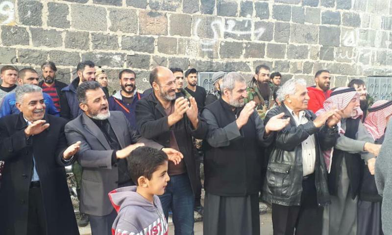 مظاهرة الجامع العمري في درعا البلد يظهر فيها أعضاء اللجنة المركزية الشيخ فيصل أبازيد والمحامي عدنان مسالمة - 18 آذار 2021 (ناشطون)