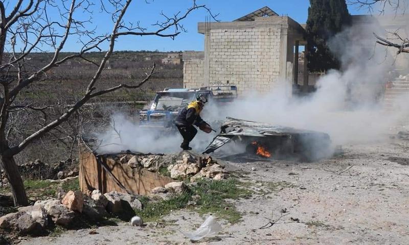 انتشال الجثث من قبل فرق الدفاع المدني نتيجة القصف على بزابور جنوب أريحا في إدلب - 5 آذار 2021 (الدفاع المدني)