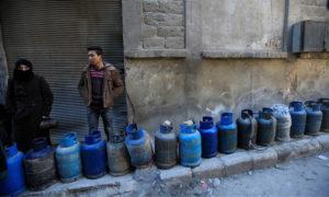 انتظار تعبئة أسطوانات الغاز في حلب - 2017 (رويترز)
