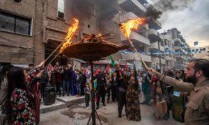 """أكراد سوريون يشعلون نار """"نوروز"""" في مدينة القامشلي في محافظة الحسكة شمال شرقي سوريا- 20 من آذار 2021 (DELIL SOULEIMAN/GETTYIMAGES)"""