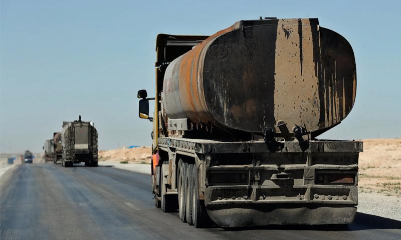 صهاريج تنقل النفط من مناطق سيطرة الإدارة الذاتية إلى مناطق سيطرة النظام السوري - 2018 (AP)