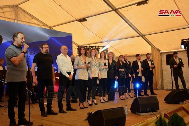 """احتفال وعروض فنية وفقرات غنائية قدمتها فرق فنية روسية في قاعدة """"حميميم"""" بمناسبة عيد الجلاء 16 من نيسان 2021 (سانا)"""